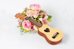 Ukulele und schöne Blume lizenzfreie stockfotografie