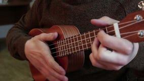 Ο νέος τύπος παίζει ukuleles απόθεμα βίντεο