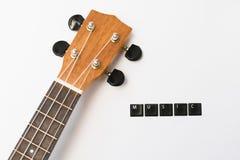Ukulelet älskar musik isolerad bakgrund Arkivfoto