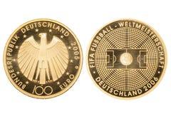 ukuwać nazwę złoto odizolowywającego Makro- 100 euro Złocistej monety FIFA puchar świata Niemcy 2006 odizolowywający na białym tl zdjęcie royalty free