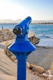 Ukuwa nazwę działającego teleskop przegapia plażę morski miasto Zdjęcia Stock