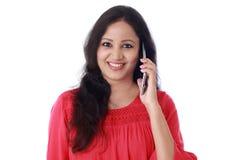 Ul młoda kobieta opowiada na telefonie komórkowym zdjęcia stock