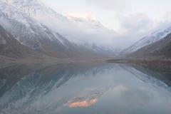 Ul Malook e reflexão de Saif do lago de Malika Parbat nas águas profundas Imagens de Stock