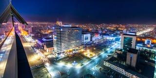 Ulaan-Baator,蒙古- 2015年5月16日:在蒙古的首都的街道的夜视图 库存照片