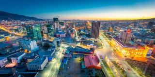 Ulaan-Baator, Mongolië - Mei 16, 2015: Nachtmening bij de straten van de hoofdstad van Mongolië stock afbeelding