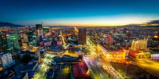 Ulaan-Baator, Mongolië - Mei 16, 2015: Nachtmening bij de straten van de hoofdstad van Mongolië royalty-vrije stock foto's