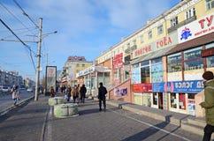 Ulaanbaatar,蒙古- 2015年12月, 03 :中央街道在市Ulaanbaatar在冬天 图库摄影