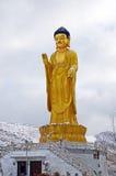 Ulaanbaatar,蒙古- 2015年12月02日:在小山Zaisan附近的金黄菩萨雕象在clody天在Ulaanbaatar 免版税库存图片