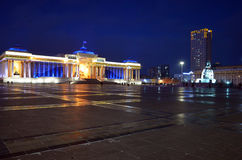 Ulaanbaatar, MN 12月1日2015年:Sukhbaatar广场和蒙古人政府大厦在晚上 免版税库存图片