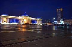 Ulaanbaatar, Dec 1, 2015: Sukhbaatar Kwadratowy i Mongolski Rządowy budynek przy nocą Obrazy Royalty Free