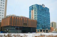 Ulaanbaatar MN-December, 02 2015: Modernt hotell på den Ulaanbaatar gatan i vinter Fotografering för Bildbyråer