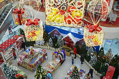 Ulaanbaatar, Mongólia-dezembro, 04 2015: Compra do Natal na alameda grande do estado em Ulaanbaatar Fotografia de Stock Royalty Free