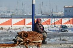 Ulaanbaatar Mongolia, Dec, -, 03 2015: Mężczyzna sprzedaje skóry wołowe na stronie droga w Mongolia Fotografia Royalty Free