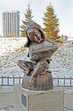 Ulaanbaatar Mongolia, Dec, -, 03 2015: Rzeźba Czyta książkę w Ulaanbaatar Młoda chłopiec Fotografia Royalty Free