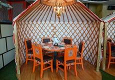 Ulaanbaatar Mongolia, Dec, -, 02 2015: Wnętrze krajowa Mongolska kuchni restauracja Obrazy Stock
