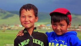 ULAANBAATAR MONGOLIA, LIPIEC, - 2013: Mongol dzieciaków pozować zdjęcie wideo