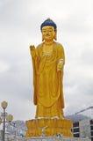 Ulaanbaatar Mongoliet - December 02 2015: Guld- Buddhastaty nära kullen Zaisan i clody dag i Ulaanbaatar Arkivbilder
