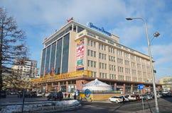Ulaanbaatar Mongoliet - December, 03 2015: Stor statlig supermarket för jul i Ulaanbaatar, Mongoliet Fotografering för Bildbyråer