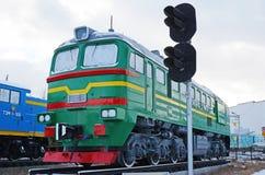 Ulaanbaatar Mongoliet-December, 02 2015: Tvådelad mainlinelokomotiv 2M62M Museum av järnväg utrustning i Ulaanbaatar Mongoliet Arkivfoton