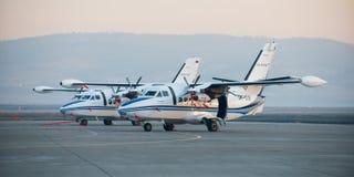 Ulan-Ude Ryssland - April 22, 2014: Ny vit lät flygplan som 410 parkerades på flygplatsen Baikal Royaltyfri Foto