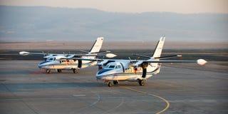 Ulan-Ude Ryssland - April 22, 2014: Ny vit lät flygplan som 410 parkerades på flygplatsen Baikal Arkivbilder