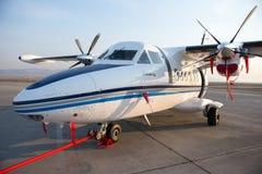 Ulan-Ude Ryssland - April 22, 2014: Ny vit lät flygplan som 410 parkerades på flygplatsen Baikal Royaltyfri Bild