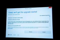 Ulepszenie dane podczas Windows 10 - akceptuje lub obniża Obraz Stock