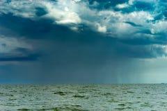 Ulewa jeziorem obraz stock