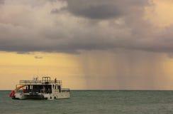Ulewa w morzu przy wschodem słońca fotografia royalty free