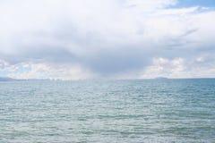 ulewa w odległości podczas gdy przy namtso jeziorem w Tibet Obraz Stock