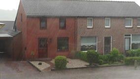 Ulewny deszcz burza z gradem w małej wiosce w holandiach, pogoda sztormowa, Holenderski klimat zbiory