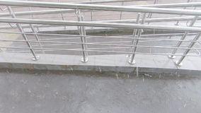 Ulewny deszcz i spadek dla wózków inwalidzkich zbiory wideo