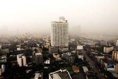 Ulewny deszcz i stoom nad wysokiego budynku Bangkok miastem Fotografia Stock