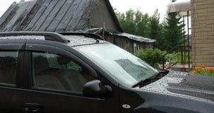 Ulewny deszcz krople na samochodzie w ciągu dnia zbiory wideo