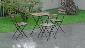 Ulewny deszcz okłada pięściami w podwórku i na mokrym meble Stół i przypala arewet zbiory wideo