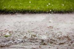 Ulewny Deszcz w kałuży obraz royalty free