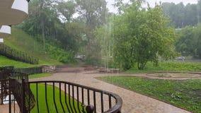 Ulewny deszcz w mieście zdjęcie wideo