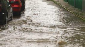 Ulewny deszcz w mieście - ulica pełno woda w zwolnionym tempie zbiory