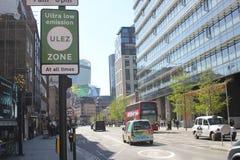 ULEZ, Λονδίνο, UK - 9 Απριλίου 2019: Νέα δαπάνη Λονδίνο ζώνης εκπομπής ULEZ η υπερβολικά χαμηλή προετοιμάζεται για τη νέα υπερβολ στοκ φωτογραφίες με δικαίωμα ελεύθερης χρήσης