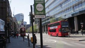 ULEZ, Лондон, Великобритания - 9-ое апреля 2019: Зоны излучения ULEZ обязанность Лондон ультра низкой новая подготавливает для но видеоматериал