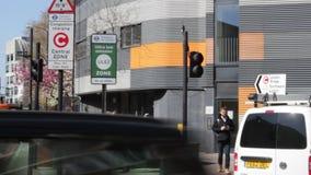 ULEZ, Лондон, Великобритания - 9-ое апреля 2019: Зоны излучения ULEZ обязанность Лондон ультра низкой новая подготавливает для но акции видеоматериалы