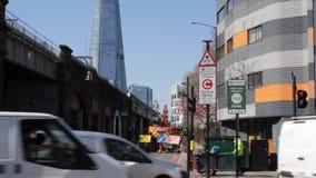 Лондон, Великобритания - 9-ое апреля 2019: Зоны излучения ULEZ обязанность Лондон ультра низкой новая подготавливает для новой ул сток-видео