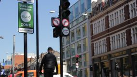 Лондон, Великобритания - 9-ое апреля 2019: Зоны излучения ULEZ обязанность Лондон ультра низкой новая подготавливает для новой ул видеоматериал