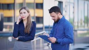 ulica centrum biznesu architektonicznej ilustracji temat Urzędnicy podczas przerwy Kobieta komunikuje telefonem Mężczyzna spojrze zbiory
