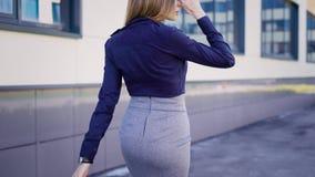 ulica Centrum biznesu budynki Młodego pracownika pośpiechy pracować Kobieta ubiera w smokingowym dorszu zdjęcie wideo