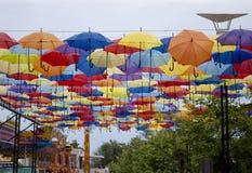 Ulica dekorował z barwionymi parasolami w Odessa, Ukraina fotografia stock