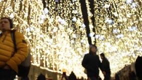 Ulica dekorująca dla bożych narodzeń i nowego roku świętowania Girlandy jako złotego deszczu imitacja zbiory wideo