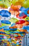 Ulica dekorująca z barwionymi parasolami. Obrazy Stock