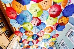 Ulica dekorująca z barwionymi parasolami. Fotografia Royalty Free