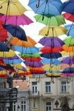 Ulica dekorująca z barwionymi parasolami Zdjęcie Stock